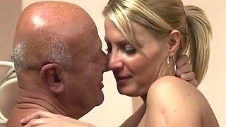 Alter Mann fickt Blut junge Frau mit geiler Oberweite