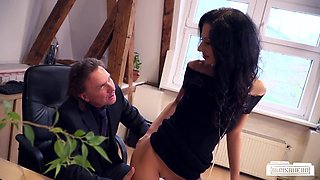 Bums Buero - Horny boss fucks brunette German in his office