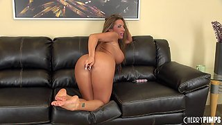 Bad girl lets us watch on her cam as she fucks her glass toy
