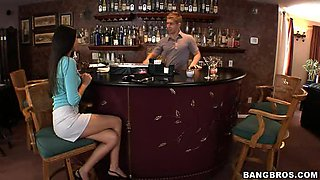 Nikki Daniels Flashes her Jugs For a Free Drink