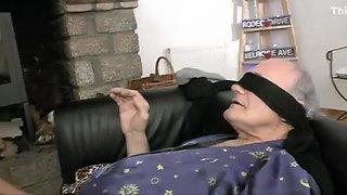 Papy se tape sana avec l'aide de son petit fils.