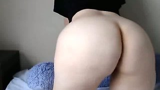 This nerdy camslut likes to show off her phat butt and she loves her vibrator