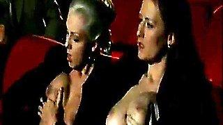 alduterio italiano due ragazze al cinema