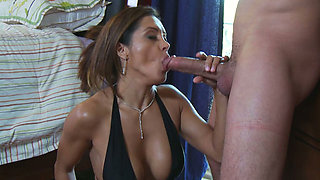 Seductive MILF Francesca Le gives deepthroat blowjob