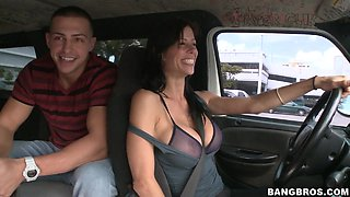 Dude bangs brunette slut in the backseat