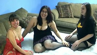 Nerdy midget goes lesbian with two chubby amateur chicks