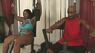 Big black lady banged in the gym