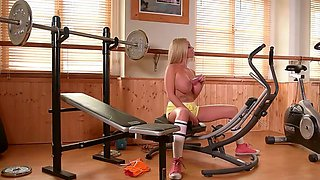 sultry workout by blonde babe